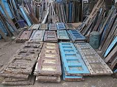 unbehandeltes holz im außenbereich alte tueren aus teak oder akazienholz massivmoebel24