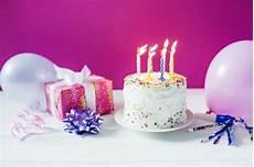 kuchen bei kuchen bei geschenkbox und ballons der