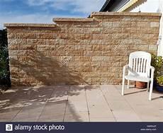 sichtschutz mauer gemauert stockfoto bild 136357726