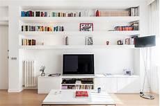 parete con mensole soggiorno con mensole ispirazione per la casa e l