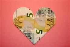 herz aus geld geldgeschenke zur hochzeit selber basteln und geld verpacken