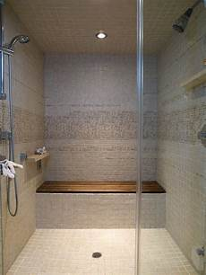 dusche mit sitzbank teak shower bench modern bathroom walk in shower glass