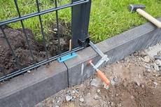 zaunpfosten einbetonieren ausrichten doppelstabmattenzaun ein haus f 252 r den zwerg