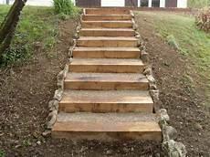 marche en exterieur terrasse en bois et escalier en traverse bois jardinage