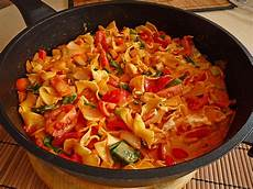 gerichte mit tomaten spaghetti in cremiger paprika tomaten fr 252 hlingszwiebel