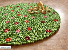 Filzkugelteppich Selber Machen - teppiche filzteppich aus hunderten filzkugeln mit blumen