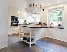 Landhausküche Mit Kochinsel - helle klassische landhausk 252 che mit kochinsel und