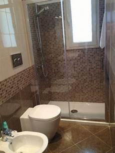 doccia bagno bagno con doccia in mosaico sotto finestra