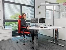 arbeitsplatz ergonomisch einrichten am schreibtisch