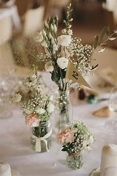 Bouquets De Fleurs Dans De Simples Bocaux Et Fanion En