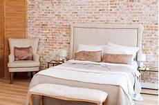 vicino al letto da letto sottotetto con il letto e