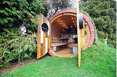 Hobbit Haus Bauen - firefighter sells bilbo baggins style hobbit homes for 163