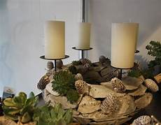 adventskranz aus holz mit sukkulenten advent wreath