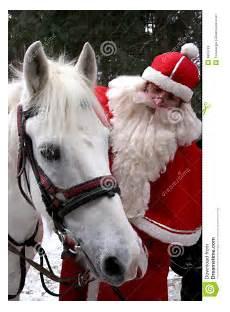weihnachtsmann mit wei 223 em pferd stockfotos bild 6653793