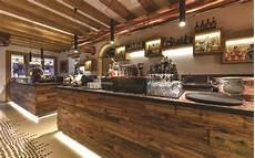 mensole bar bancone bar in legno rustico con arredamento bar e bancone