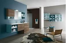 salle de bain bleu et gris de bois dans une