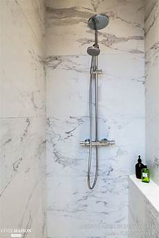 faience marbre salle de bain une salle de bains 233 pur 233 e avec un carrelage mural marbr 233 en 2019 carrelage salle de bain
