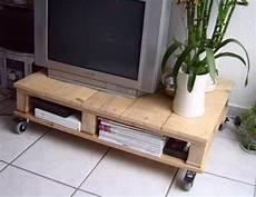 Palettenmöbel Tv Tisch - ein tv tisch aus alten paletten crafting cool stuff