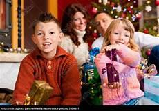 Weihnachten Familie Mit Geschenken Am Weihnachtsabend