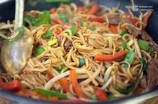 chinesische gebratene nudeln gebratene nudeln mit rind asiatisch essen und trinken