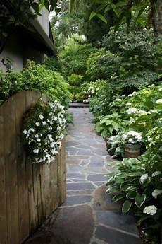 gartenwege gestalten naturstein schicke gartenwege aus naturstein oder zement f 252 r den garten landscaping gartenweg