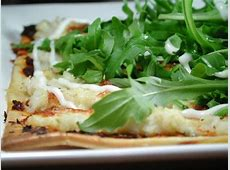 crispy crab pizza with rocket salad topping_image
