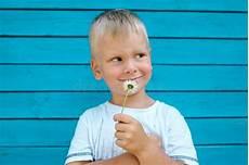 bambino sente l odore di fiore sentente l odore ragazzo fotografia stock