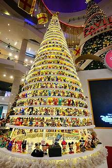 1 4 boneka mickey mouse ramai di pohon natal di pavillion shopping mall klayapan com travel