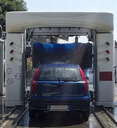 re levage voiture voiture dans le lavage automatique photo libre de droits