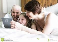 kind und mutter krank darf vater zuhause bemuttern sie vater und ihr mit der digitalen