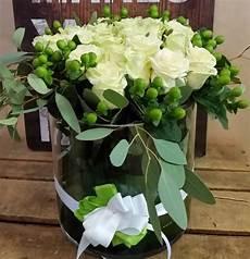 centro fiori centrotavola di bianche in vetro giardino fiorito