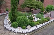 garten mit kies gestalten beet mit pflanzen und steinen beet mit steinen kunstrasen