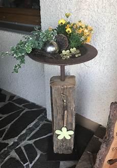 dekorieren mit holz altholzbalken mit edelrost schale und bodenplatte rund