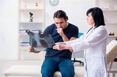 rippenfellentzündung schmerzen beim liegen rippenschmerzen rechts oder links naturheilkunde