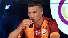 Lukas Podolski Japan - teach lukas podolski 3 things about vissel j league