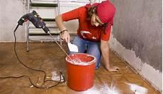 grundierung vor verputzen mauer verputzen sorgf 228 ltige untergrundbehandlung richtig