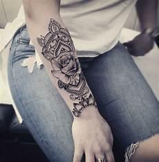 tatuaggi avambraccio fiori disegno bello di un mandala sul braccio di una donna