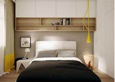 kleine schlafzimmer schränke holz regale und wei 223 e schr 228 nke 252 ber dem bett kleines