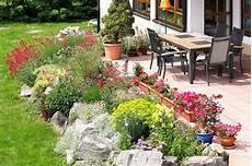 terrasse mit steingarten und bunten blumen steingarten