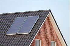 solaranlagen auf dem dach gefahren und solaranlagen f 252 r warmwasser richtig planen heizung de