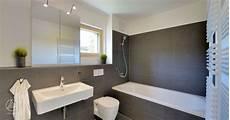 spiegelschrank kleines bad mehrfamilienhaus badezimmer graue fliesen badewanne