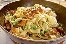 pfifferlinge zubereiten pfanne vegetarisch pasta mit pfifferlingen und ein schlossberg