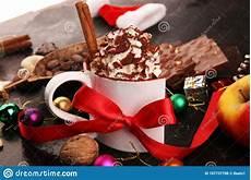 decorazioni con panna montata cacao al cioccolato caldo con panna montata per xmas in tavola e decorazioni fotografia stock