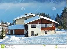 Malvorlage Haus Mit Schnee Haus Mit Dachabdeckung Durch Schnee In Alpes Stockbild