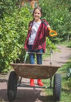Arbeiten Im Garten - sch 246 ne m 228 dchen in gummistiefel im garten arbeiten