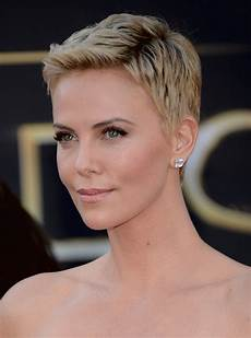news charlize theron discusses her buzz cut hairstyles for humid weather stylecaster