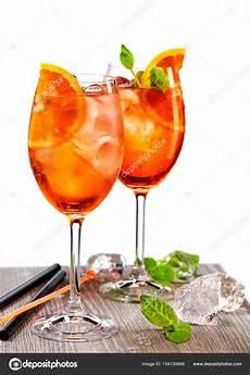 bicchieri aperol spritz due bicchieri di aperol spritz foto stock