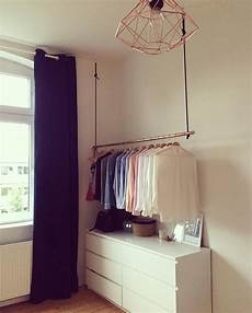 schlafzimmer kleiderständer diy kupferrohr kleiderstange an dunkelblauer samtk in