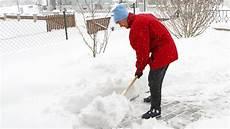 wann muss schneeräumen winterdienst wer muss wann r 228 umen ndr de ratgeber