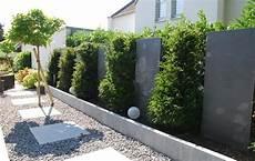 Gartengestaltung Sichtschutz Pflanzen - sichtschutz als gartengestaltung mit blaustein stelen und